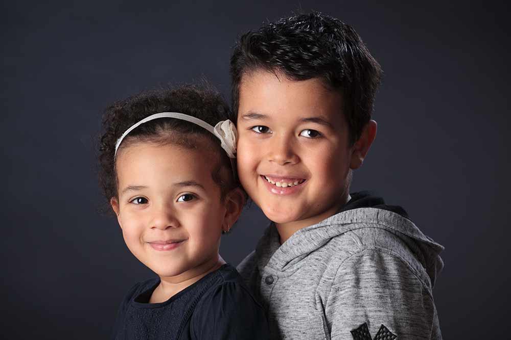 Photo de frère et soeur en famille